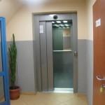 Dysponujemy windą przystosowaną do przewozu osób niepełnosprawnych