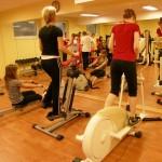 Dziewczęta w trakcie zajęć z wychowania fizycznego w siłowni