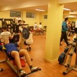 Chłopcy w trakcie zajęć z wychowania fizycznego w siłowni