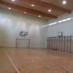Sala wyposażona jest w pełnowymiarowe boisko przystosowane do gry w piłkę halową