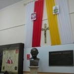 Popiersie Jana Pawła II oraz sztandar Szkoły w głównym hallu