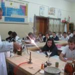 Doświadczenie w pracowni chemicznej przeprowadza dr Piotr Malecha