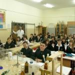 Wnętrze szkolnej pracowni chemicznej