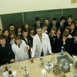 Zdjęcie grupowe młodzieży z naczelnym chemikiem Katolika - dr Piotrem Malechą
