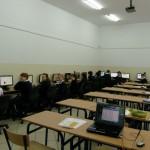 Pracownia dysponuje 15 stanowiskami komputerowymi ze stałym dostępem do Internetu