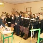 Pani mgr Renata Stolarczyk prowadzi zajęcia z astronomii w pracowni fizycznej